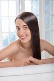 Портрет женщины с красивыми волосами в салоне курорта Стоковое Изображение