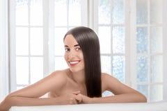 Портрет женщины с красивыми волосами в салоне курорта Стоковые Фотографии RF