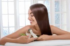 Портрет женщины с красивыми волосами в салоне курорта Стоковое Изображение RF