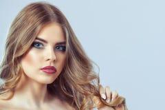Портрет женщины с красивыми макияжем и стилем причесок стоковое изображение