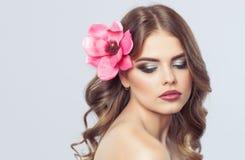 Портрет женщины с красивыми макияжем и стилем причесок Профессиональный состав стоковые изображения rf