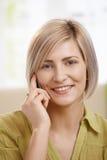 Портрет женщины с мобильным телефоном Стоковая Фотография