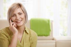 Портрет женщины с мобильным телефоном Стоковые Изображения