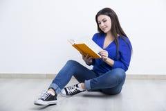 Портрет женщины с оранжевой книгой Стоковые Фотографии RF