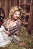 Портрет женщины с отрезком провода в деревенском стиле стоковые изображения