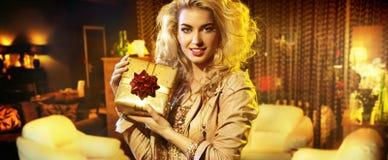 Портрет женщины с подарком Стоковая Фотография RF