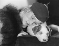 Портрет женщины с собакой спать (все показанные люди более длинные живущие и никакое имущество не существует Гарантии поставщика  стоковое изображение rf