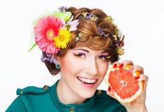 Портрет женщины с составом и грейпфрутом стоковое изображение