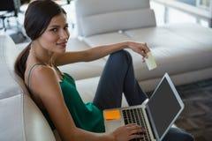 Портрет женщины с слипчивым примечанием используя компьтер-книжку на офисе Стоковое фото RF