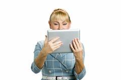 Портрет женщины с таблеткой компьютера Стоковое Фото