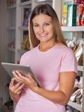Портрет женщины с таблеткой цифров внутри Стоковое Фото