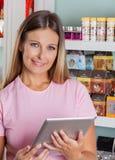 Портрет женщины с таблеткой цифров Стоковая Фотография