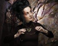 Портрет женщины с художническим составом в голубом дыме, party Стоковые Изображения