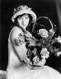 Портрет женщины с цветками (все показанные люди более длинные живущие и никакое имущество не существует Гарантии поставщика котор стоковые фотографии rf