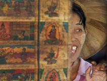 Портрет женщины усмехаясь в ее магазине внутри местного рынка, Inle Мьянмы стоковая фотография rf