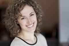 Портрет женщины усмехаясь на камере стоковая фотография rf