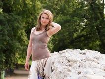 Портрет женщины усмехаясь outdoors Стоковые Фото