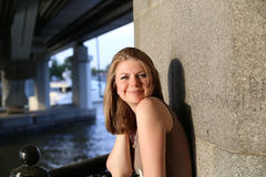 Портрет женщины усмехаясь outdoors Стоковые Изображения RF