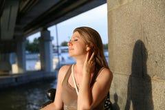 Портрет женщины усмехаясь outdoors Стоковое Изображение RF