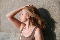 Портрет женщины усмехаясь outdoors Стоковые Фотографии RF