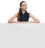 Портрет женщины улыбки с пустой белой доской Стоковое фото RF