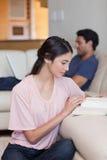 Портрет женщины читая книгу   Стоковые Фотографии RF