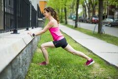 Портрет женщины jogging outdoors Стоковая Фотография