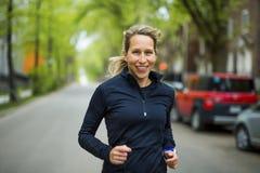 Портрет женщины jogging outdoors Стоковая Фотография RF