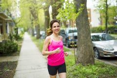 Портрет женщины jogging outdoors Стоковое Изображение RF
