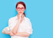 Портрет женщины redhead в красных стеклах с деньгами Стоковое Изображение