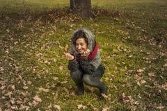 Портрет женщины smiley милой в осени Стоковая Фотография