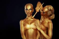 Портрет женщин в цветах золота стоковое изображение