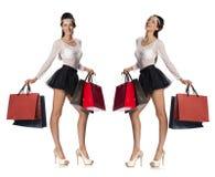 Портрет женщин красивых молодых брюнет представляя с покупками Стоковая Фотография RF