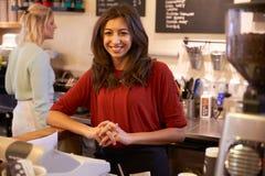 Портрет 2 женщин руководя кофейня совместно Стоковое Фото