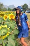 Портрет женщин тайский на поле солнцецвета на Saraburi Таиланде Стоковое Изображение