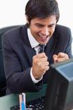Портрет жизнерадостного бизнесмена работая с компьютером Стоковая Фотография RF