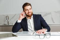 Портрет жизнерадостного молодого бизнесмена одел в костюме Стоковое фото RF