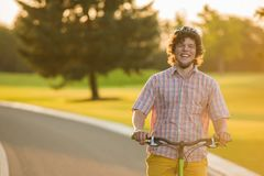 Портрет жизнерадостного мужского велосипедиста outdoors Стоковые Изображения RF