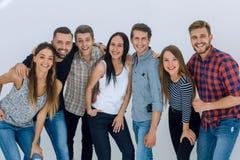 Портрет жизнерадостной группы в составе молодые люди стоковое фото
