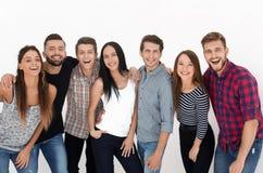 Портрет жизнерадостной группы в составе молодые люди стоковая фотография