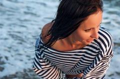 Портрет жизнерадостной девушки на заходе солнца на пляже, ослабляет Стоковое Изображение RF