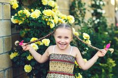 Портрет жизнерадостной девушки с отрезками провода стоковые изображения rf