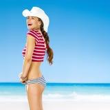 Портрет жизнерадостной здоровой женщины на пляже стоковое фото rf