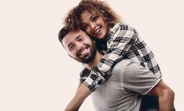 Портрет жизнерадостной и счастливой пожененной пары Стоковая Фотография