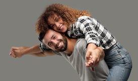 Портрет жизнерадостной и счастливой пожененной пары Стоковые Изображения