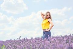 Портрет жизнерадостной молодой женщины на поле лаванды Стоковое Фото
