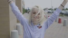 Портрет жизнерадостной подростковой женщины смеясь над и скача вверх по выражать наслаждение и успех счастья - акции видеоматериалы