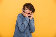 Портрет жизнерадостной excited девушки одел в куртке джинсовой ткани Стоковое Фото