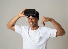 Портрет жизнерадостных изумленных взглядов виртуальной реальности молодого человека нося на первый раз усмехаясь на камере стоковые фотографии rf