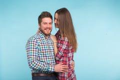 Портрет жизнерадостных смеясь смешных молодых любовников околпачивая вокруг на голубой предпосылке стоковая фотография rf